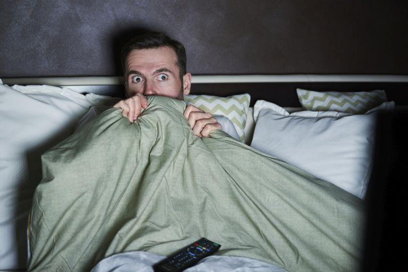 Streaming passt perfekt ins aktuelle Leben. Du musst morgens nicht mal aufstehen, um spannende Abenteuer zu erleben. Bildquelle: Getty Images