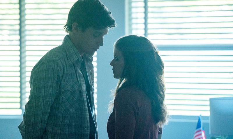 Zwischen der verheirateten Lehrerin Claire und ihrem Schüler Eric entsteht eine zärtliche und verbotene Verbindung. Bildquelle: Disney